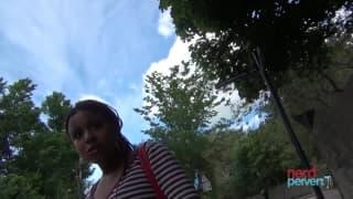 Roxi Monique tourne une petite scène pour Nerd