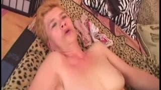 Jaja est une mamie qui aime toujours le sexe
