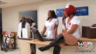 Une infirmière est très sensuelle