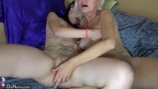 Une jeune lesbienne avec cette vieille en rut !
