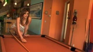 Melanie Rios aime jouer avec sa chatte