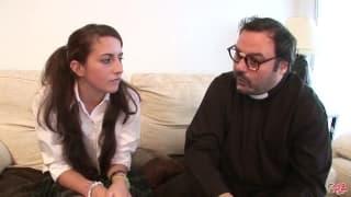 Cette ange revient de l'école et parle avec un prêtre