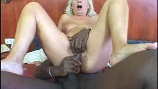 Zsoka est une femme mature blonde délicieuse
