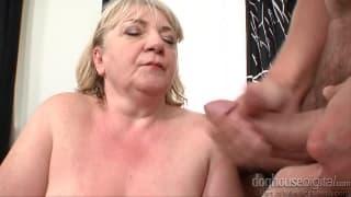 Vieille femme chaude pour un jeunot en rut !
