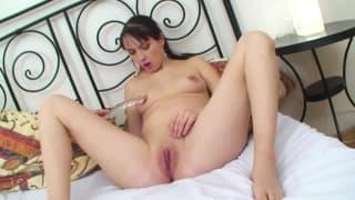 Femme pregnant qui aime bien son joli gode