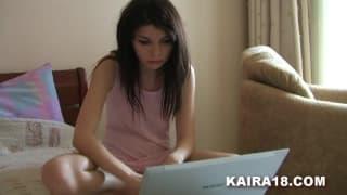 Elle regarde une vidéo sur le net