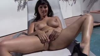 Sunny Leone une jolie brune pour quelques caresses