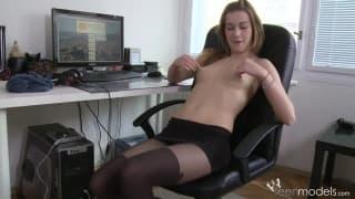 Une jolie se touche à fond au bureau