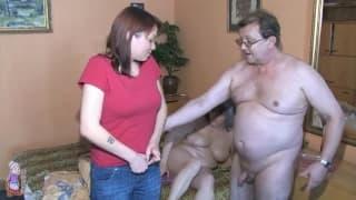 Un vieux couple et une jeune femme rousse