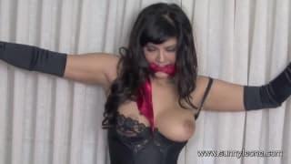 Sunny Leone aime bien être attachée !