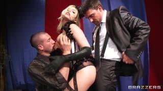 Britney Amber trouve deux gros chibres !