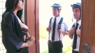 Romi Rain pécho par deux cyclistes qui ont faim