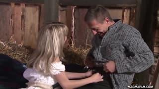 Mia baisée sur le foin dans la grange