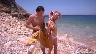 Mia Magma se fait baiser sur la plage