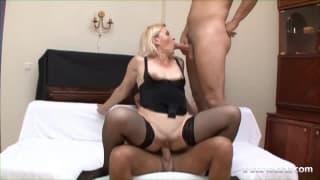 Femme mature se lance dans un trio