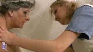Clara s'occupe de sa patiente avec douceur