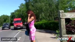 Elle pisse en public dans la rue