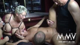 Orgie dans un pub avec Gina Blonde