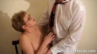 Granny à lunette pour la bite du docteur !