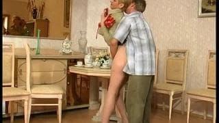 Elle l'invite à prendre le petit déjeuner