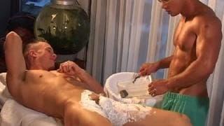 Un homme tatou et muscl se branle avec un fleshlight