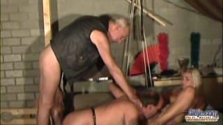 Il force cette blonde a sucer son esclave