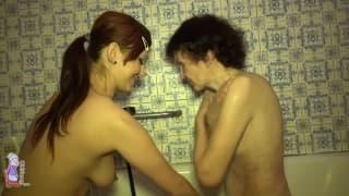 Jeune femme lesbienne s'occupe de Veronika