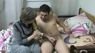 Dana, une milf baise avec un petit jeune