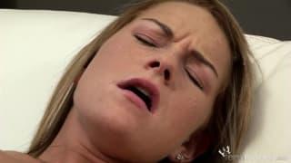 Jessica prend du plaisir avec un sextoy !