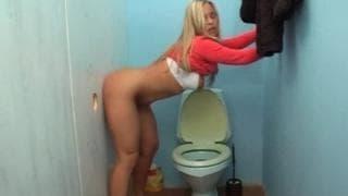Madame trouve une belle bite aux toilettes !