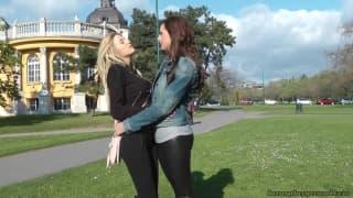 Deux chaudes lesbiennes s'éclatent