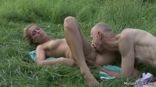 Il se masturbe en matant la copine de son fils