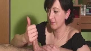 Une amatrice brune lui offre une branlette !