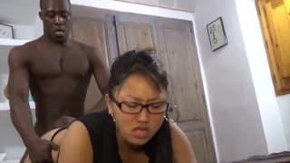 Nathalie se prend une bonne queue dans le cul