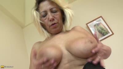 Une femme blonde et mature dans un porno - TuKif.com