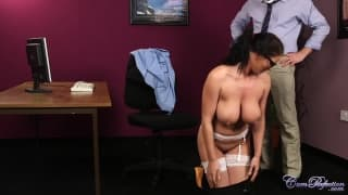 Une secrétaire bien bandante pour des queues !
