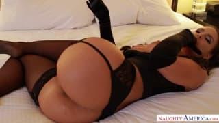 Phoenix Marie bandante avec sa lingerie fine