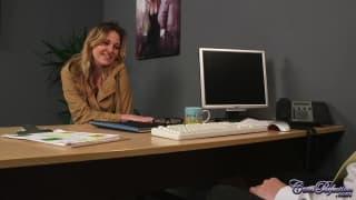 Une secrétaire qui détend son patron