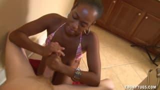 Une ebony lui offre une bonne branlette