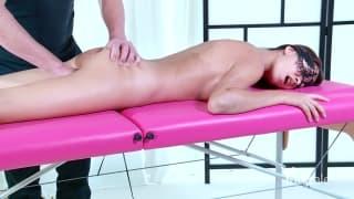 Un bon massage avec une belle brune