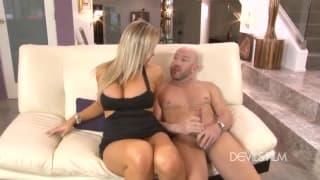 Abbey Brooks se fait baisée sur le canapé