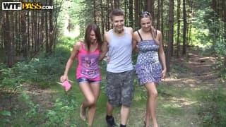 Deux lesbiennes dans la forêt