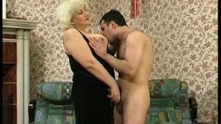 Une grand-mère avec une très grosse envie