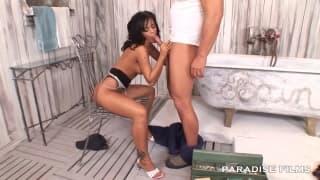 Black Angelika se fait sauter par le plombier