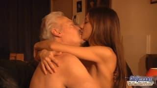 Alice Romain donne son cul à un homme mature