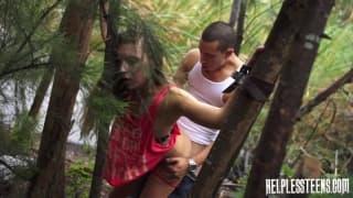 Il l'emmène dans les bois et baise avec elle