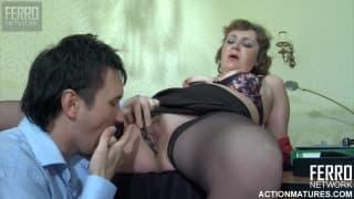 Une secrétaire avec son collègue