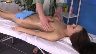 Dominika a droit à un massage un peu spéciale