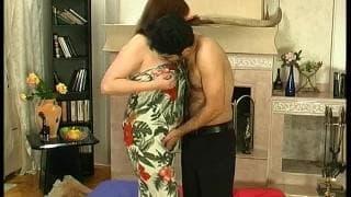 Une femme cougar qui va séduire un mec !
