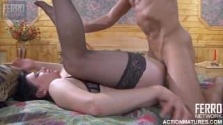 Une belle brune pulpeuse dans un porno